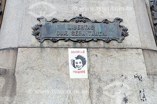 Detalhe de cartaz colado no Monumento ao Marechal Floriano Peixoto durante manifestação pelo assassinato da Vereadora Marielle Franco na Cinelândia  - Rio de Janeiro - Rio de Janeiro (RJ) - Brasil