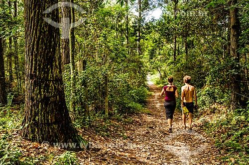 Casal na trilha do Caminho da Gurita no Parque Municipal da Lagoa do Peri  - Florianópolis - Santa Catarina (SC) - Brasil