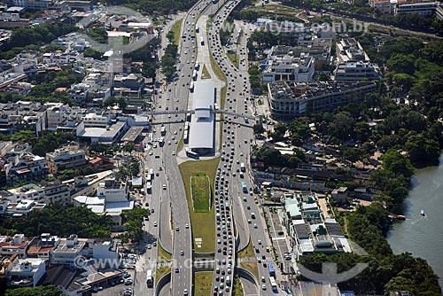 Foto aérea da Avenida Armando Lombardi com a estação Jardim Oceânico do Metrô Rio e a Estação do BRT Transoeste - Terminal Jardim Oceânico  - Rio de Janeiro - Rio de Janeiro (RJ) - Brasil