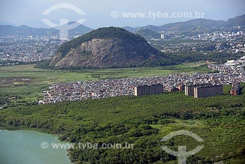 Foto aérea da favela de Rio das Pedras com a Pedra da Panela ao fundo  - Rio de Janeiro - Rio de Janeiro (RJ) - Brasil
