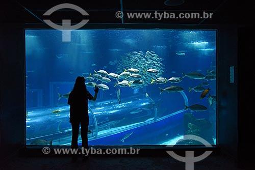 Silhueta de pessoa observando os peixes no AquaRio - aquário marinho da cidade do Rio de Janeiro  - Rio de Janeiro - Rio de Janeiro (RJ) - Brasil