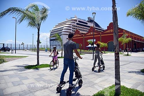 Ciclistas e pessoas fazendo passeio de trikke tour com navio de cruzeiro e armazéns do Cais da Gamboa - Porto do Rio de Janeiro - na Orla Prefeito Luiz Paulo Conde (2016)  - Rio de Janeiro - Rio de Janeiro (RJ) - Brasil