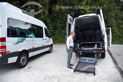 Van adaptada para portadores de necessidades especiais no ponto de embarque e desembaque do Paineiras-Corcovado no Centro de Visitantes Paineiras - antigo Hotel Paineiras  - Rio de Janeiro - Rio de Janeiro (RJ) - Brasil