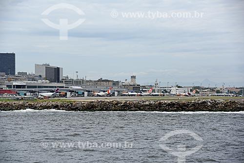 Vista do Aeroporto Santos Dumont durante o Rio Boulevard Tour - passeio turístico de barco na Baía de Guanabara  - Rio de Janeiro - Rio de Janeiro (RJ) - Brasil