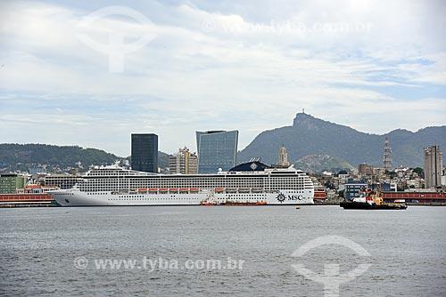 Vista de navios de cruzeiro com o edifício sede da LOréal Brasil e do edifício Vista Guanabara durante o Rio Boulevard Tour - passeio turístico de barco na Baía de Guanabara  - Rio de Janeiro - Rio de Janeiro (RJ) - Brasil