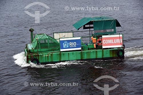 Vista de ecoboat - barco com equipamentos que coletam os resíduos sólidos flutuantes na água - próximo à Marina da Glória  - Rio de Janeiro - Rio de Janeiro (RJ) - Brasil