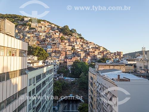 Foto feita com drone de prédios na Rua Raul Pompéia com a Favela Pavão Pavãozinho ao fundo  - Rio de Janeiro - Rio de Janeiro (RJ) - Brasil