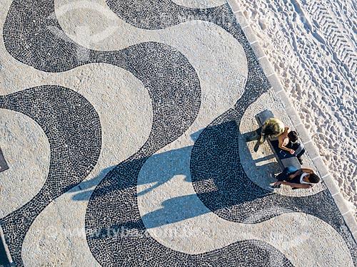 Foto feita com drone de pessoas sentadas ao lado da estátua do poeta Carlos Drummond de Andrade no Posto 6  - Rio de Janeiro - Rio de Janeiro (RJ) - Brasil