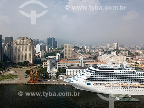 Foto feita com drone de navio de cruzeiro sendo abastecido no Píer Mauá  - Rio de Janeiro - Rio de Janeiro (RJ) - Brasil