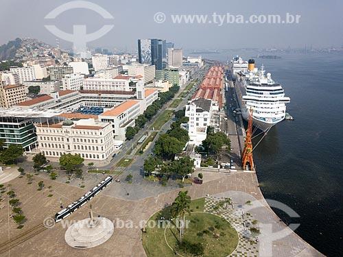 Foto feita com drone da Praça Mauá com navio de cruzeiro sendo abastecido no Píer Mauá  - Rio de Janeiro - Rio de Janeiro (RJ) - Brasil