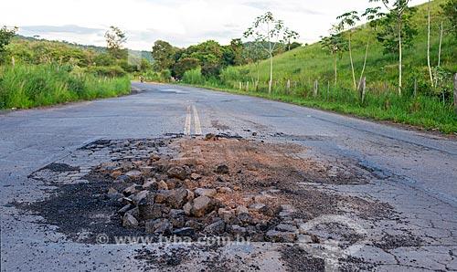 Má conservação do asfalto da Rodovia MG-126 entre as cidades de Guarani e Rio Novo  - Rio Novo - Minas Gerais (MG) - Brasil