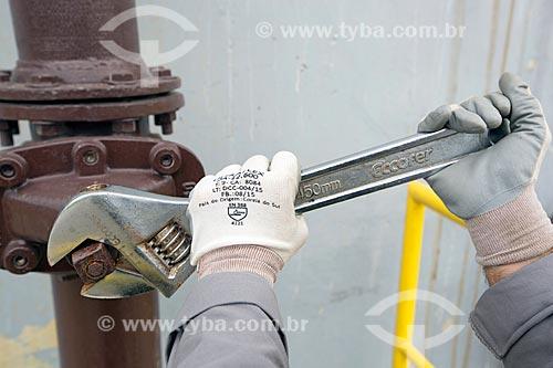 Detalhe de operário usando chave de boca ajustável  - Palmas - Tocantins (TO) - Brasil
