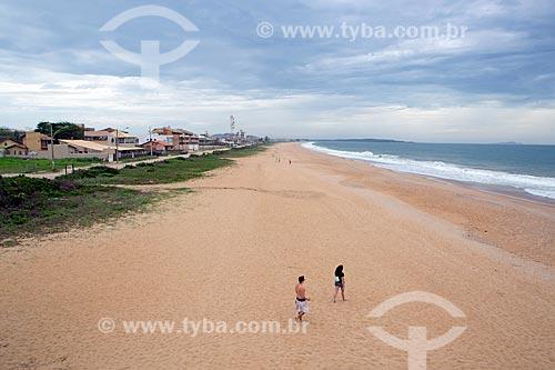 Banhistas na orla da Praia de Costazul  - Rio das Ostras - Rio de Janeiro (RJ) - Brasil