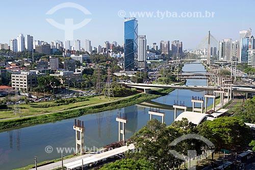 Vista de trecho do Rio Pinheiros com a Ponte Octávio Frias de Oliveira (2008) ao fundo  - São Paulo - São Paulo (SP) - Brasil