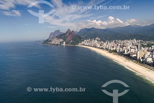 Foto feita com drone da Praia de Ipanema com o Morro Dois Irmãos e a Pedra da Gávea ao fundo  - Rio de Janeiro - Rio de Janeiro (RJ) - Brasil
