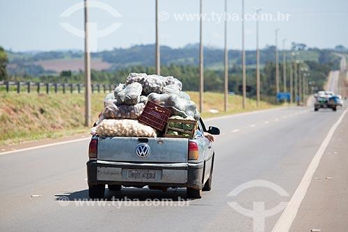 Carro transportando mercadorias de forma irregular na Rodovia Jayme Câmara (GO-070)  - Goiás - Goiás (GO) - Brasil