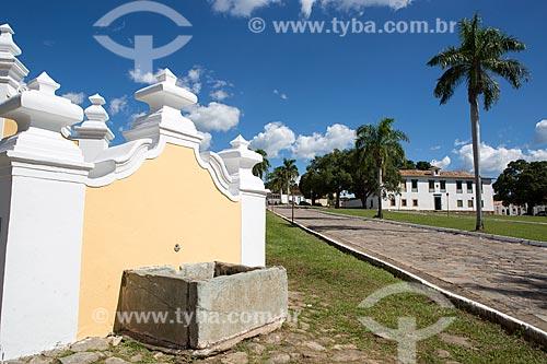 Fachada lateral do Chafariz de Calda (1778) na Praça Doutor Brasil Caiado - Praça do Chafariz - com o Museu das Bandeiras (1766) - antiga Cadeia e Câmara Municipal - ao fundo  - Goiás - Goiás (GO) - Brasil