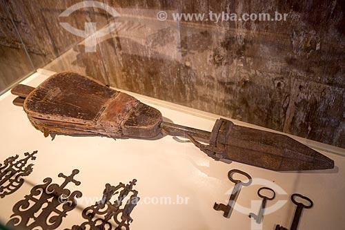 Detalhe de fole em madeira e couro do século 19 - parte do acervo permanente - em exibição no Museu das Bandeiras (1766) - antiga Cadeia e Câmara Municipal  - Goiás - Goiás (GO) - Brasil