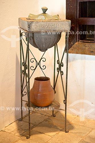 Detalhe de filtro de água em pedra porosa, ferro e folha de flandre (século 19) que pertenceu à Eduardo L. da Silva Ribeiro em exibição no Museu das Bandeiras (1766)  - Goiás - Goiás (GO) - Brasil