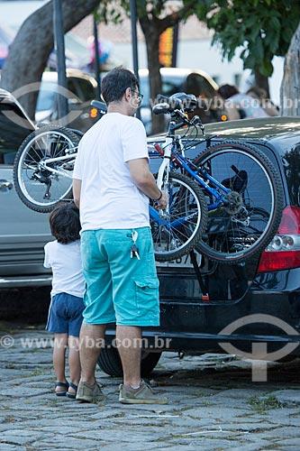 Homem e criança retirando bicicleta de carro com suporte para bicicleta  - Goiás - Goiás (GO) - Brasil