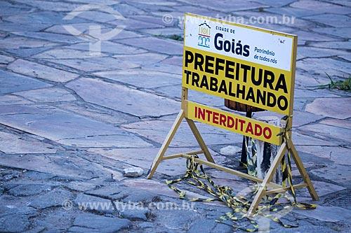 Detalhe de placa de aviso no centro histórico da cidade de Goiás  - Goiás - Goiás (GO) - Brasil