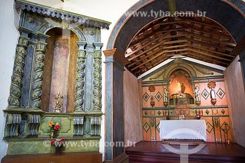 Altar lateral - esculpido em madeira - com o altar-mor da Capela de São João Batista (1761) ao fundo  - Goiás - Goiás (GO) - Brasil
