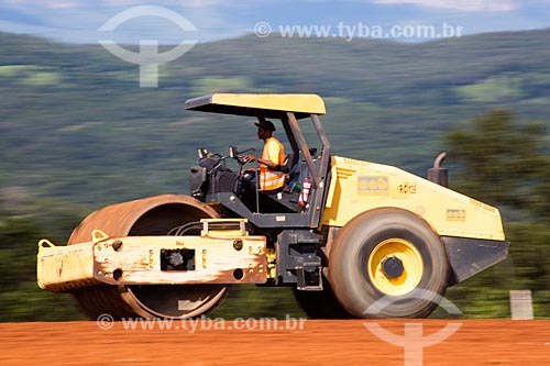 Detalhe de rolo compactador durante a terraplanagem para duplicação da Rodovia Jayme Câmara (GO-070) próximo à cidade de Goiás  - Goiás - Goiás (GO) - Brasil