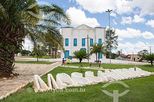 Letreiro com os dizeres: Mossâmedes na Praça Municipal Damiana da Cunha com a Igreja Matriz de São José ao fundo  - Mossâmedes - Goiás (GO) - Brasil