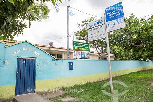 Fachada da Colégio Estadual Illidia Maria Perillo Caiado com placa de avaliação do IDEB - Índice de Desenvolvimento da Educação Básica  - Mossâmedes - Goiás (GO) - Brasil