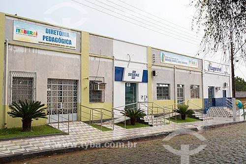 Fachada da sede da Secretaria de Educação, Esporte, Lazer e Juventude e do SEBRAE (Serviço Brasileiro de Apoio às Micro e Pequenas Empresas) na Rua Presidente Alves de Castro  - Itaberaí - Goiás (GO) - Brasil