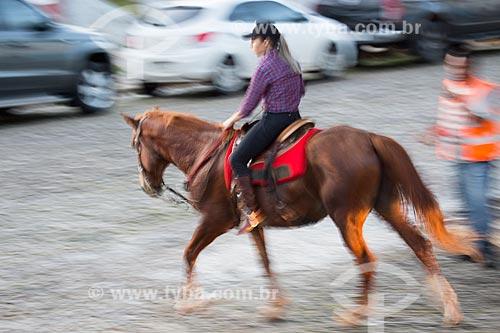 Mulher andando a cavalo no centro histórico da cidade de Pirenópolis  - Pirenópolis - Goiás (GO) - Brasil