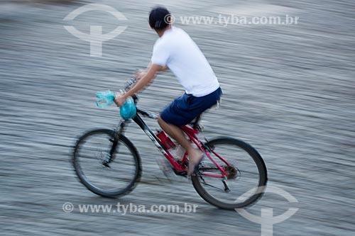 Detalhe de homem andando de bicicleta no centro histórico da cidade de Pirenópolis  - Pirenópolis - Goiás (GO) - Brasil