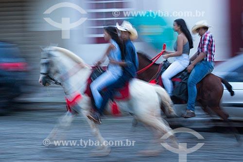 Casais andando a cavalo no centro histórico da cidade de Pirenópolis  - Pirenópolis - Goiás (GO) - Brasil