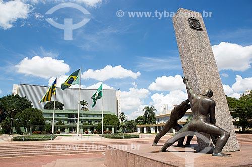 Monumento à Goiânia (1968) - também conhecido como Monumento às Três Raças - com a Palácio das Esmeraldas (1933) - sede do Governo do Estado  - Goiânia - Goiás (GO) - Brasil