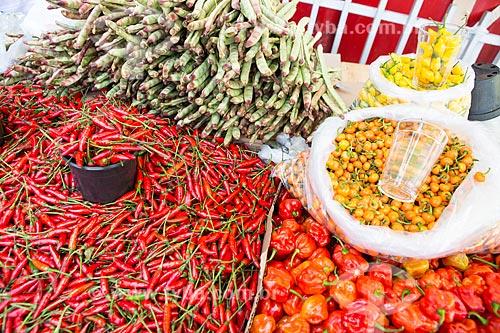 Detalhe de feijão de corda, Pimenta-malagueta, pimenta-jalapenho, pimenta de bode rosa e pimenta cumari à venda em feira livre  - Goiânia - Goiás (GO) - Brasil