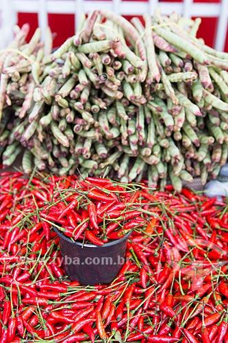 Detalhe de feijão de corda e pimenta-malagueta à venda em feira livre  - Goiânia - Goiás (GO) - Brasil