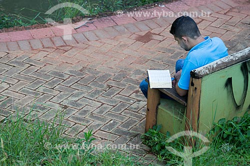 Homem lendo no Bosque dos Buritis  - Goiânia - Goiás (GO) - Brasil
