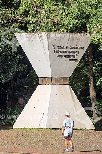 Monumento à Paz Mundial (1988) - homenagem da Comunidade Internacional Bahàí às vítimas do acidente com o césio-137 - no Bosque dos Buritis  - Goiânia - Goiás (GO) - Brasil