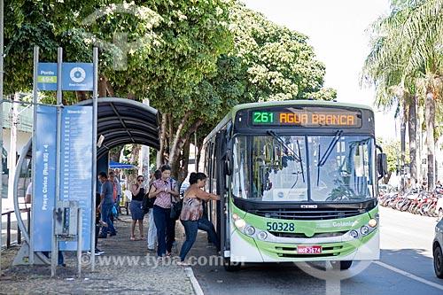 Embarque de passageiros no ponto de ônibus da Praça Doutor Pedro Ludovico Teixeira - também conhecido como Praça Cívica  - Goiânia - Goiás (GO) - Brasil