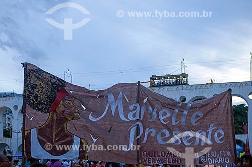 Manifestação marcando 1 mês pelo assassinato da Vereadora Marielle Franco com os Arcos da Lapa (1750) ao fundo  - Rio de Janeiro - Rio de Janeiro (RJ) - Brasil