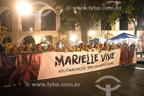 Manifestação marcando 1 mês do assassinato da Vereadora Marielle Franco com os Arcos da Lapa (1750) ao fundo  - Rio de Janeiro - Rio de Janeiro (RJ) - Brasil