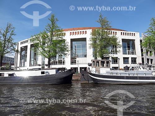 Vista da fachada do Dutch National Opera & Ballet (Ópera Nacional Holandesa & Ballet) a partir do do Rio Amstel  - Amsterdam - Holanda do Norte - Holanda
