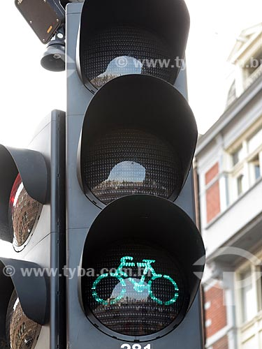 Detalhe de semáforo verde para travessia de ciclistas em ciclovia  - Amsterdam - Holanda do Norte - Holanda