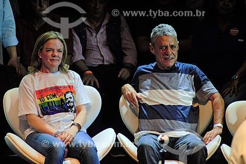 Gleisi Hoffmann e Chico Buarque durante ato em defesa da democracia com o ex-presidente Luiz Inácio Lula da Silva no Circo Voador  - Rio de Janeiro - Rio de Janeiro (RJ) - Brasil