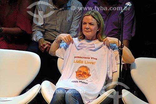 Gleisi Hoffmann segurando camisa com os dizeres: Lula Livre durante ato em defesa da democracia com o ex-presidente Luiz Inácio Lula da Silva no Circo Voador  - Rio de Janeiro - Rio de Janeiro (RJ) - Brasil