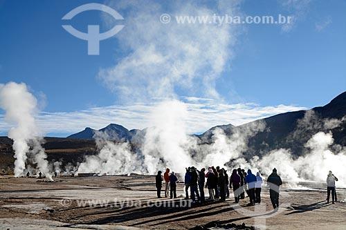 Turistas caminhando próximo ao Gêiseres del Tatio (Gêiseres de Tatio) no Deserto do Atacama  - San Pedro de Atacama - Província de El Loa - Chile