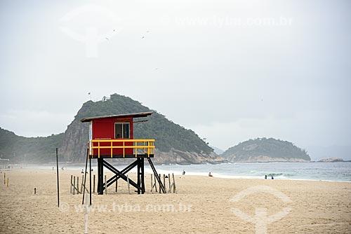 Guarita de salva-vidas na orla da Praia de Copacabana com o Área de Proteção Ambiental do Morro do Leme ao fundo  - Rio de Janeiro - Rio de Janeiro (RJ) - Brasil