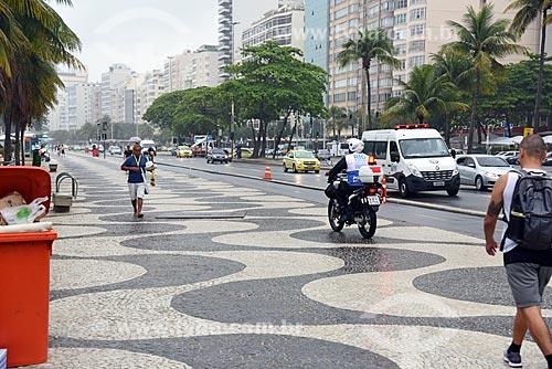 Motocicleta do Programa Rio + Seguro andando no calçadão da orla da Praia de Copacabana  - Rio de Janeiro - Rio de Janeiro (RJ) - Brasil
