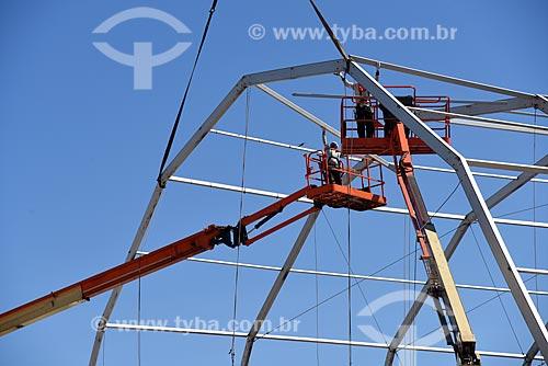 Plataforma elevatória durante a montagem de palco na Praia de Copacabana para show no réveillon  - Rio de Janeiro - Rio de Janeiro (RJ) - Brasil