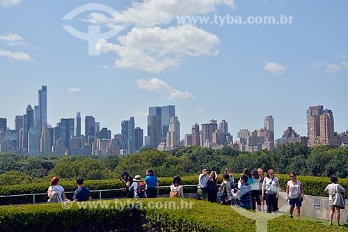 Turistas no Garden Roof do Museu Metropolitano de Arte com o Central Park e os prédios do centro da Cidade de Nova Iorque ao fundo  - Cidade de Nova Iorque - Nova Iorque - Estados Unidos